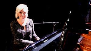 Sanna Nielsen vid ett piano.