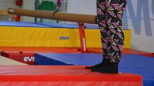 Två ben står på en gymnastikmadrass.