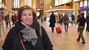 Tiina Haapanen i Helsingfors Centralstation. I bakgrunden folk.