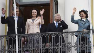 Sveriges kung Carl XVI Gustaf och drottning Silvia står på presidentslottets balkong tillsammans med president Sauli Niinistö och fru Jenni Haukio.
