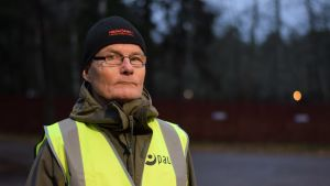 Timo Holmström som strejkvakt utanför postterminalen i Hangö.