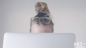 Tietokoneen ääressä opiskeleva ihminen.