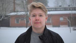 Liam Hagman på Karis svenska högstadiums skolgård.
