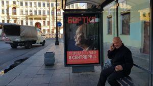 Vladimir Bortkos valaffisch hänger kvar i Sankt Petersburgs gatuvy, men han deltar inte i valet