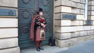 Säckpipetrubadur i Edinburgh