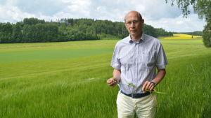 Jordbrukaren Bengt Nyman står i en åker.