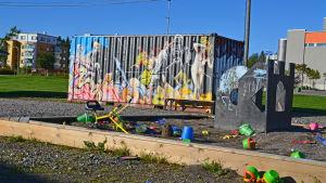 Sandlådan vid containern med profesionell graffiti