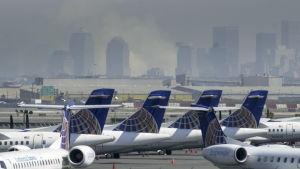 Kommersiella flygplan står stilla på grund av terrorattackerna i New York den 11 september 2001.