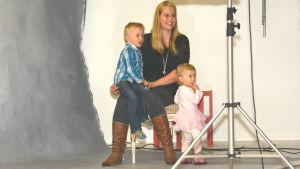 Mamma Stephanie Grönroos med sina barn Hampus och Hilma som ska fotograferas i en studio av Kjell Svenskberg.