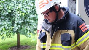 Brandmästare inspekterar brandsläckare