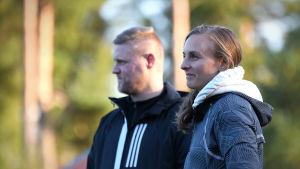 Mikael Kock och frun Ann-Sofie ser på döttrarnas fotbollsträning.