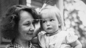 Författaren Mirjam Tuominen håller sin dotter Tuva Korsström i famnen i Nykarleby 1941.