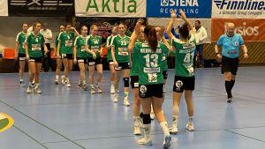 Grankulla IFK:s damer firar i kö.
