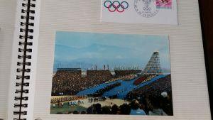 Ett fotoalbum med en bild från invigningen av de olympiska vinterspelen i Grenoble 1968.