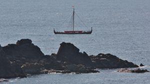 Ett vikingaskepp till sjöss.