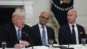 Jeff Bezos till höger i möte i Vita huset med bla president Trump