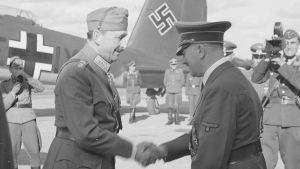 Adolf Hitler besöker Carl Gustaf Mannerheim på dennes 75-årsdag i Immola 4.6.1942.