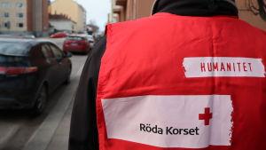 Röda korsets frivillig på en gata
