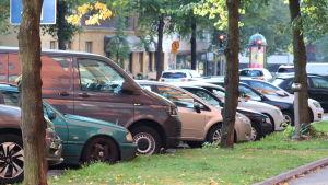 Snedparkerade bilar.