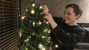 Sofia Liljeström klär en julgran.