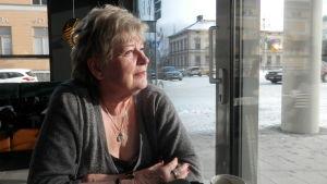 Sinikka Kondracka är bekymrad för förhållandet mellan finskt och svenskt i Jakobstad
