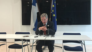 Republikens president Sauli Niinistö vid ett pressmöte  i Bryssel