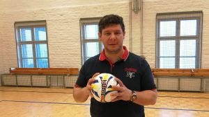 Tomislav Krstevski organiserar futsal-turnering.