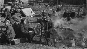 Ryska kvinnor sitter vid brasa på koncentrationsläger i Äänislinna.