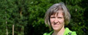 Gunnel Englund, en dam med ljusgrön munkjacka och silverbrunt hår.