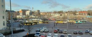 Åbo busstation med parkerade bilar i förgrunden.