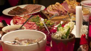 Ett julbord med olika maträtter.