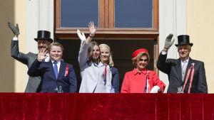 Den norska kungafamiljen på slottets balkong i Oslo på 17 maj.