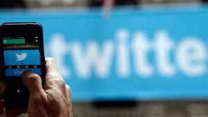 Twitter i mobiltelefon.