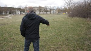 Paul Reuter visar var skateparken ska byggas