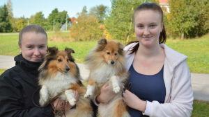Alexandra Nyros och Anjelica Nyros med hundarna Glory och Shine.