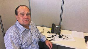 Tim Vorhies sitter i ett arbetsbås och ringer samtal för Donald Trump.