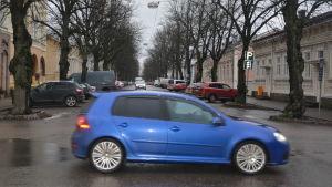 Blå bil kör längs Esplanaden och korsar Boulevarden i Hangö.