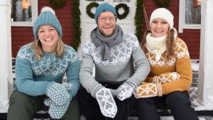Elin, Jim och Lee sitter på strömsöverandans villa iklädda handstickade tröjor och vantar