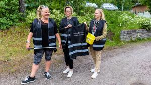 Serna Hakala, Taru Liikama och Katja Lind ute på en gård.