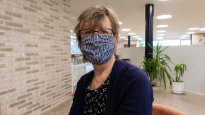 Rektor Carola Wiksten med munskydd.
