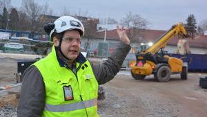 Tony Lökfors vid skolbygget.