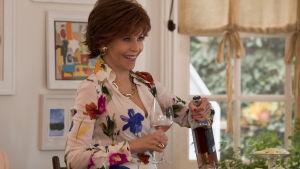 Jane Fonda häller upp ett glas och kan gott skåla för evig ungdom.