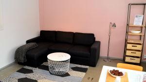 Soff och bord i nyrenoverad lägenhet.