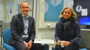 Frotjof Sahlström och  Erika Fogelberg sitter i blå stolar.
