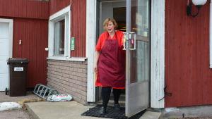 Sannika Björklund öppnar dörren.