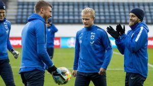 Finlands landslagsspelare lattjar under en träning.