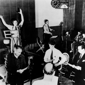 Orson Welles vid inspelningen av radioprogram War of the worlds, baserat på H.G. Wells pjäs, 1938.
