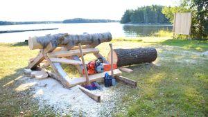 Yxor och motorsågar färdiga inför nordiska mästerskapen i yxhuttning och loggersport på Pellinge.