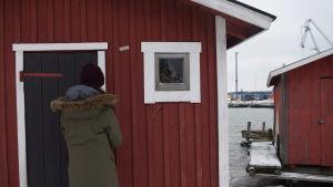 Karin Collins låser upp dörren till en sjöbod i Gunnarstrand, Hangö.