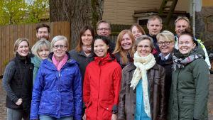 Gruppbild på största delen av de personer som jobbar vid Yle Västnyland i oktober 2017.